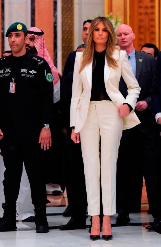 В Рияд с бял костюм на Dolce & Gabbana и сафари туника от Ralph Lauren.