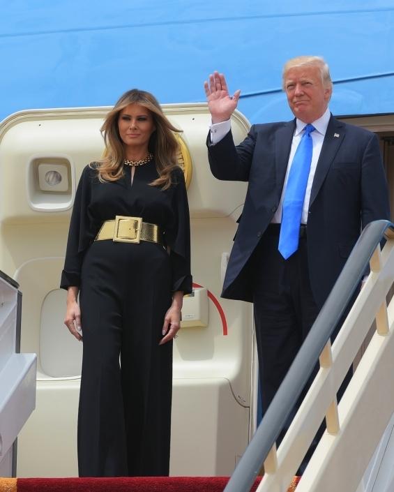 При пристигането си в Саудитска Арабия госпожа Тръмп блесна с черен гащеризон на Stella McCartney стилно комибиниран с голям златен колан с марка Saint Laurent.