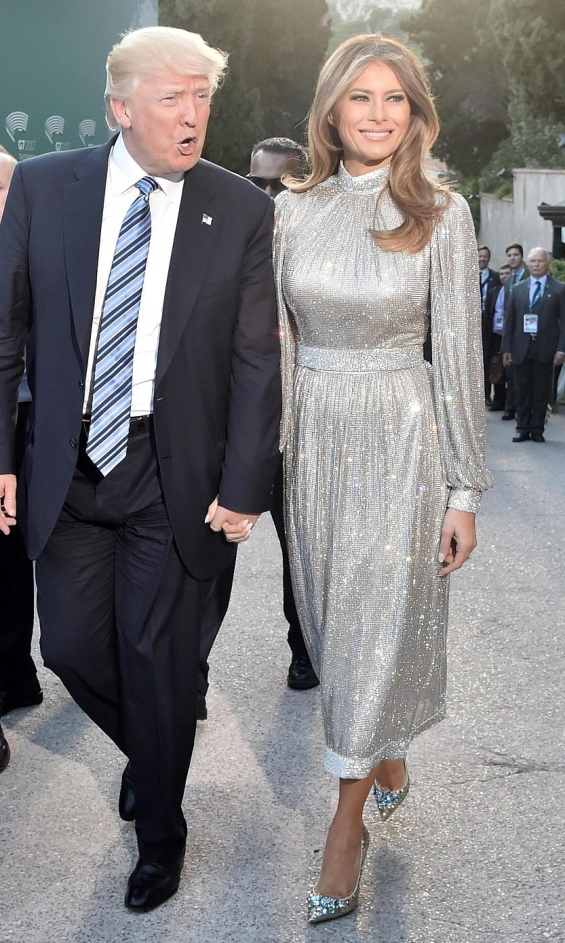 В Сицилия на вечерен концерт в блестяща рокля с лейбъл Dolce & Gabbana.