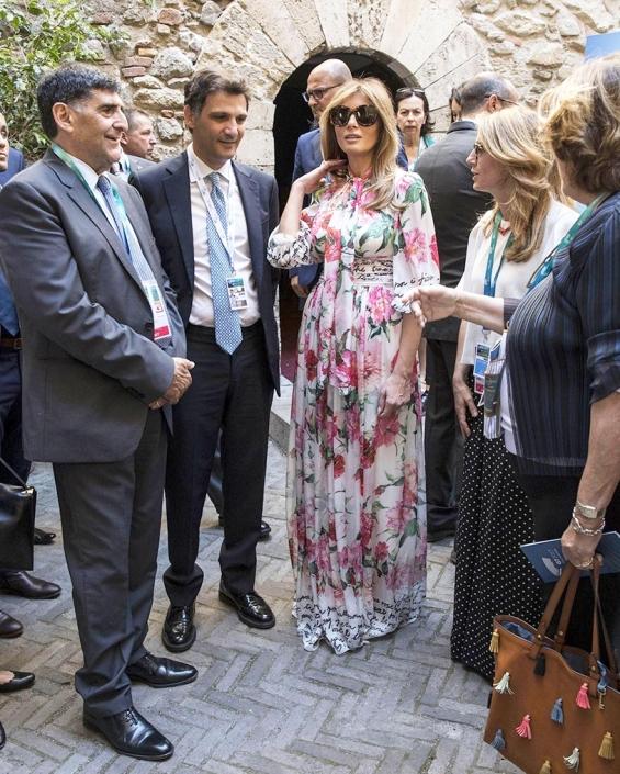 Из улиците на италианския град Първата дама на САЩ разходи и разкошна флорална рокля отново на Dolce & Gabbana.