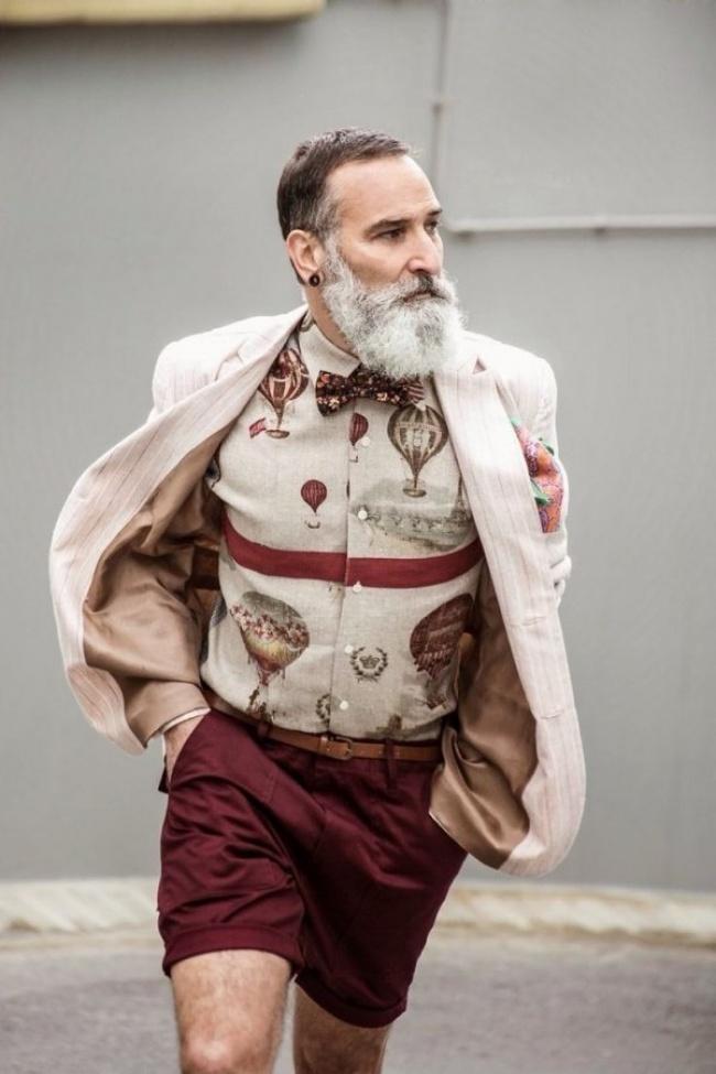 Флеш обици, папийонка, скандално шикозно елече и къси елегантни панталони в така модерното бордо - щеше ни се да знаем името на този фешън мъжкар.