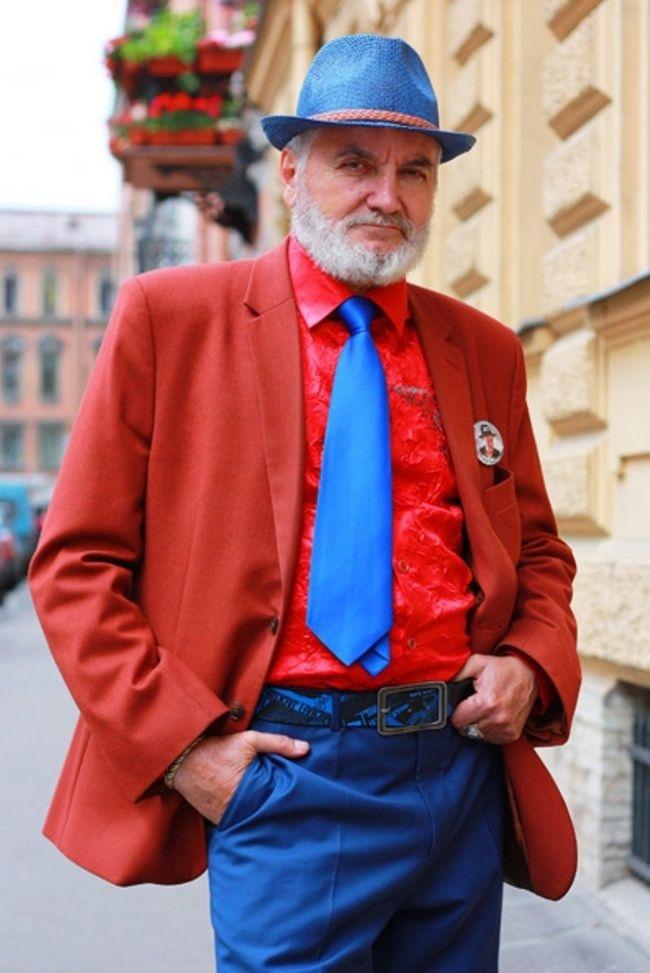 Неизвестен господин, който определено не се плаши от съчетанието на цветни и крещящи дрехи.