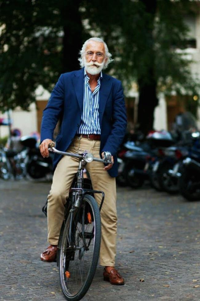 Господинът с лулата и велосипедът заслужава поне още един кадър!