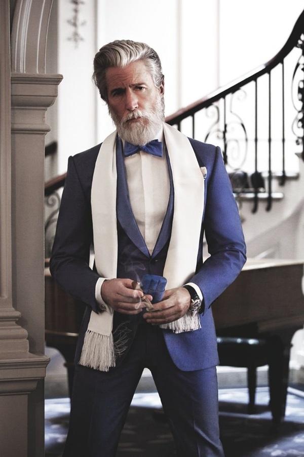 Завършваме подобаващо: Син елегантен костюм, папийонка и разбира се, пура!