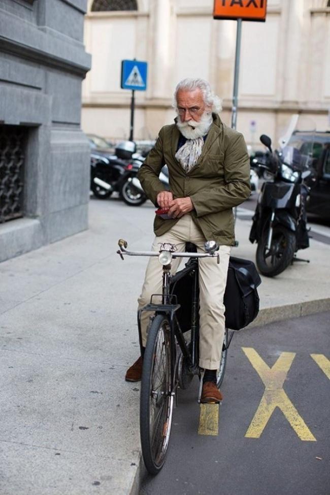 За жалост не знаем и неговото име, но брадата, засуканите мустаци и лулата са перфектното допълнение на безупречната визия и ретро велосипеда.