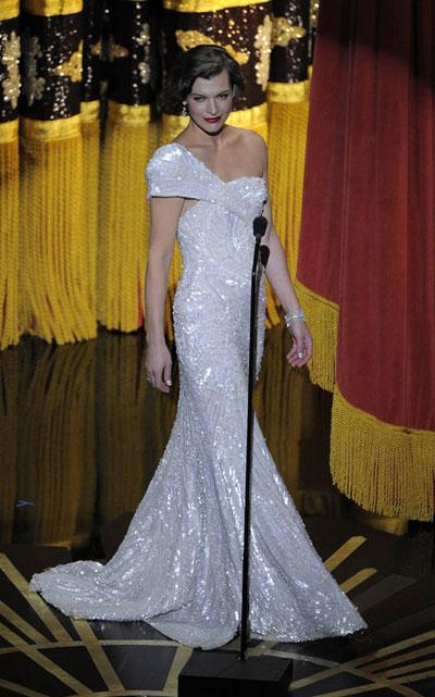 ДА!Мила Йовович Повечето модни критици я обявиха занай-добре облеченатазвездана вечертаи ние няма как да не се съгласим. Актрисата беше олицетворениена Холивудскакрасавицаот миналото. А бялатарокля с еднорамо на Ели Сааб,бижутатаотJacob&Co. иклъчЕди Паркърправеха ефекта от ретровизията й просто неустоим.