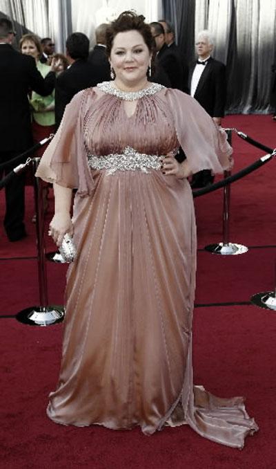 ДА!Мелиса Маккартни Въпреки килограмите си, актрисата не се притеснида заложи нарозова рокля за появата си на Оскарите. Тоалетът й бешеМарина Риналди,а обувките Брайън Атууд.