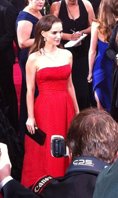 ДА!Натали Портман 30-годишната актриса сложи червена, вталенарокляна точки осем месецаслед раждането на синасиAlephи година, след като взеОскар за