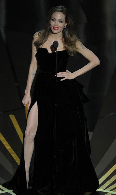 ДА!Анджелина Джоли  Няма как да не йпризнаем харизматичността. Прекрасна, очарователна,и все още вярна на Брад Пит...Облечена в дълга черна рокля с маркатаВерсаче, под която дори успя да скриеи малкото си бременно коремче.