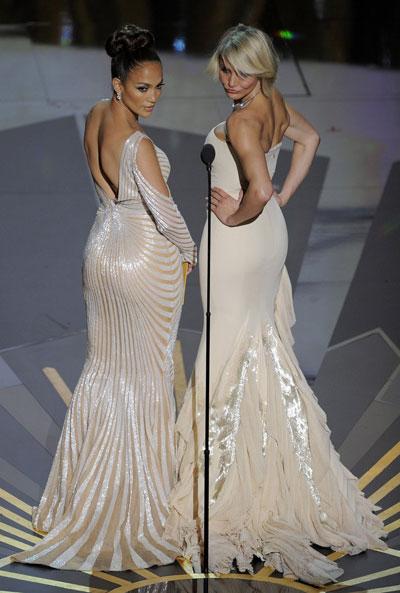 ДА!Джей Ло и Камерън Диаз Те двете бяха най-горещиятандем на вечерта. И как не... Дженифър пръскашесексапила си облеченав тясна рокляна Zuhair Murad,aгоспожица Диас без усилия заслепявашевсички сбежовата си рокля наГучи.