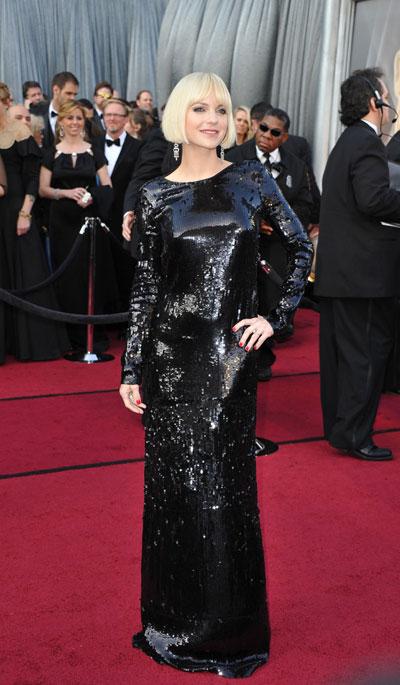 НЕ!Ана Фарис  Тази рокля наDiane von Furstenbergе истинска проява налош вкус и неуважениекъм събитието.Тоалетът е подходящединственоза кабаре,защото облеченпо този повод, носимногогодишнамодна присъда.