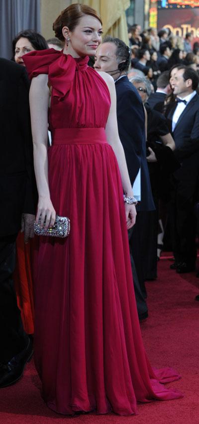 Може би!Ема Стоун Очарователната Еманаправисмело завръщанекъм тоалет, койтоНикол Кидман носешена Оскаритепрез 2007 г.Иначе ако забравим за това роклята й отGiambattista Valliне само,че бешеперфектно съчетана сбижутатаот Louis Vuitton, но и стоешеповечеот прекрасно намладата госпожица.