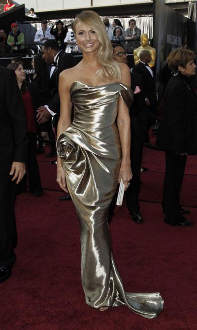 Може Би! Стейси Киблър В златистата рокля наMarchesa, бижутаLorraine Schwartzиклъч Judith Leiberтя по-скоро приличашена Оскар статуеткав ръцете на Джордж Клуни. Иначе наистина нямаменищо противизбора на актьора... само против натруфената й рокля имаме.