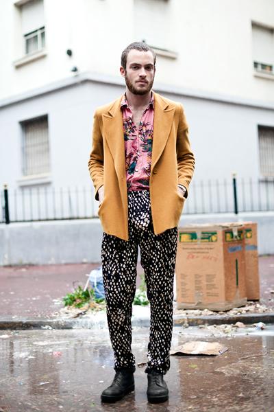 Ех, че цветен мъжОбичаме остроумния и забавен аутфит на момчето от снимката и веднага бихме взели за себе си панталонаи ризата му. Страхотнo октомврийсковдъхновение!Оn the corner