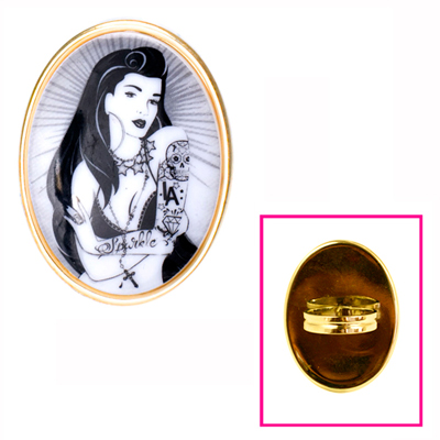 Пръстен City Girl във формата на прикзано огледало. 55 долараtarinatarantino.com