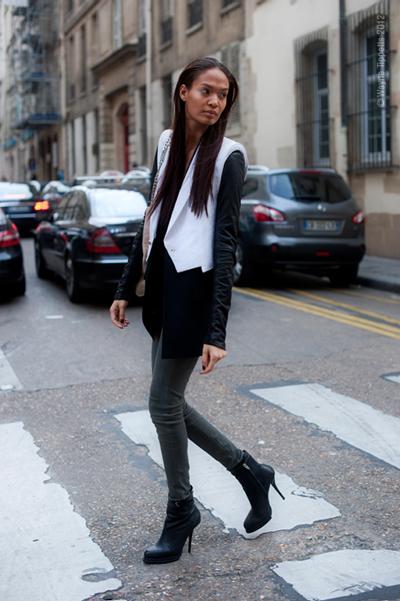 Когато вали, носим най-лесната, но любима комбинация - боти, скини джинси и сако.StreetStyleAesthetic