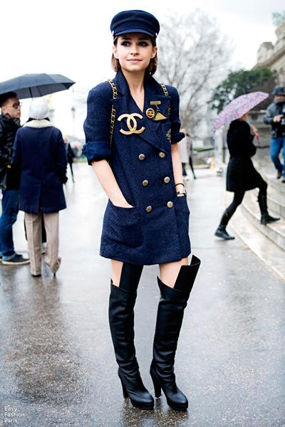 Чудесна подсказка от Мирослава Дума - дългото сако, босият крак и ботушите над коляното спасяват модата в дъжда. EasyFashionParis