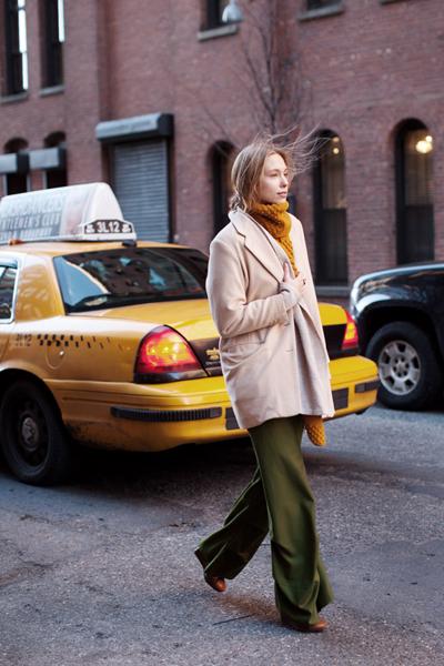 Великолепна дреха - oversized сакото в нежен пастелен нюанс на бежовото.Thesartorialist.com
