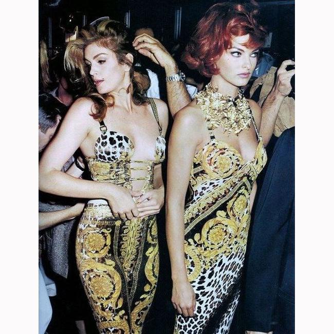 1992 г. С Линда Еванджелиста зад кулисите на дефиле на Versace.