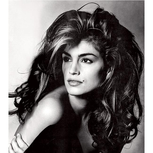 90-те Другото могъщо оръжие на Синди - косата! Гъста, дълга естествена, в топлите нюанси на кестенявото.