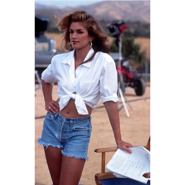 90-те Сетът, който обожаваме и до днес - риза, завързана на кръста + много секси къси джинси.