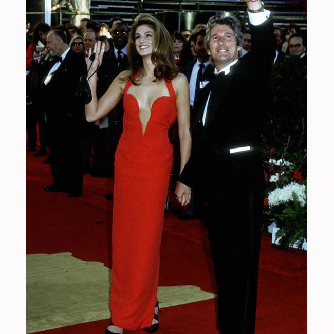 Февруари, 1991 г. На 63-тите награди Оскар като съпруга на Ричард Гиър в една от историческите рокли на десетилетието - червената Versace.