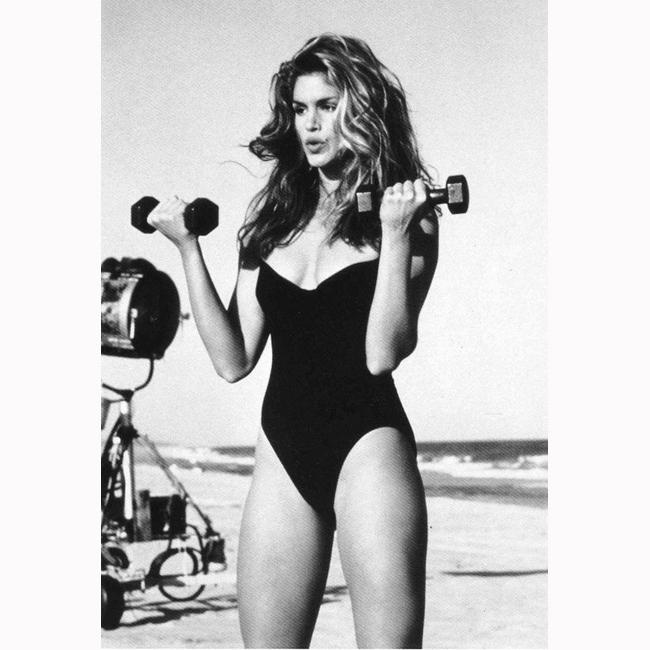 90-те Упражненията за супер тяло на Синди се првръщат в най-продаваната видео касета за домашно ползване. Кадърът е именно от нейния фитнес дневник.