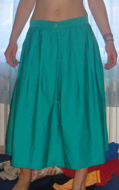 Свежо зелена пола, на която и липсва само един бял потник, малко герданчета и обувки без ток, с които да препускаме безгрижно...