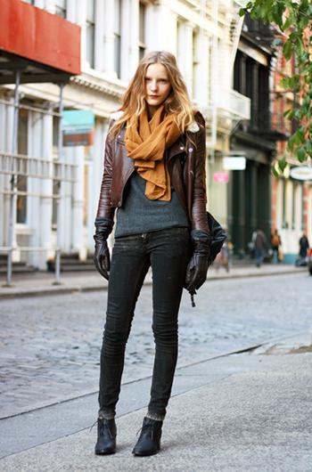 Черното кожено яке За да носи истински рокаджийски look, якето трябва да е преживяло рок ерата. Търси го с колкото може повече ципове, колани, капси и драскотини за истиснки винтидж ефект.