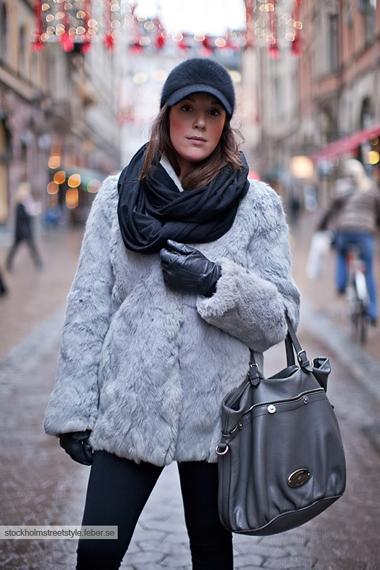 Кожено палто с косъмЗащото когато видиш хубаво заешко палто, по възможност без яка, с ¾ ръкави и дължина под ханша, просто го купуваш. Те са вечни, топлят повече от мъж и подчертават чудесно страхотните ти крака, когато ги с облечеш къса рокличка и боти.