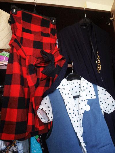 Белла Антова1. Карирана рокля в червено и черно - 8 паунда от Vintage store в Единбург, Шотландия. 2. Елек е сиво и риза на черни точки - едно от най-щастливите ми попадения в стария гардероб на село - безценни!