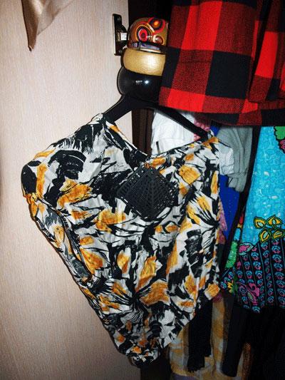 4. Блуза с едно рамо в черно, бяло и жълто - измислих си модела след като открих  стара рокля на майка си, взех я и отидох при шивачката. Ушиване - 8 лв :)