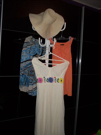 Деси Пашова  Шапка - спомен от екскурзията ми до Черна гора /гр. Будва/: 10 евро.  Бяла рокля с цветя - 55 лева /от детски магазин без име/.  Оранжев топ - подарък от съпруга ми /купен е от гр. Ставангер, Норвегия, от магазини CUBUS, около 10 евро/.  Шарен топ в преобладаващо синьо - 19 лева, магазин Oraerte.