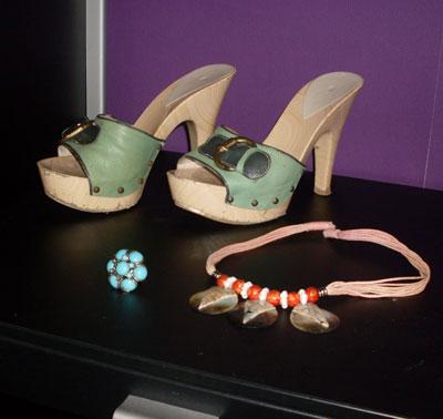 Дървено сабо - 69 лева, магазин Nikels /Това са най-любимите ми обувки,  дори са вече леко захабени. Пръстен - подарък от приятелка, която живее в гр. Памплона /Испания/.Магазин Stradivarius.  Колие - купено от крайбрежната улица на Балчик /5 лева/.