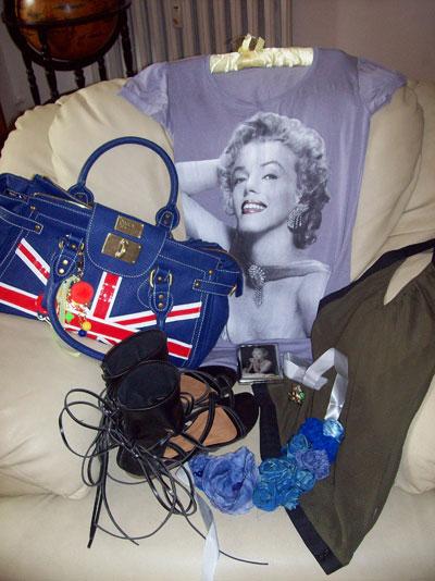"""Нина Вутова Първа в списъка е чантата, търсех нещо интересно, нещо в кобалт и така попаднах на  Pauls Boutique LondonТабакерата Мерилин Монро,цена - 14 лв, почитател съм на холивудскатазвезда от годиниМ.М - топ с принт на М.М. - цена 10 лв. Черните сандали са ми любимите от миналото лято, купени на разпродажба за 20 долара.Масленозеления """"halter""""(така му казват американците) топ е надодка от Sekond hand около Женски пазар - цена 4 лв на Topshop.Пръстена с жабата е с цена -12 паунда от Лондон.Последно е колието от плат,собственоръчно напаравено от мен, от събирани с годините парчета плат."""