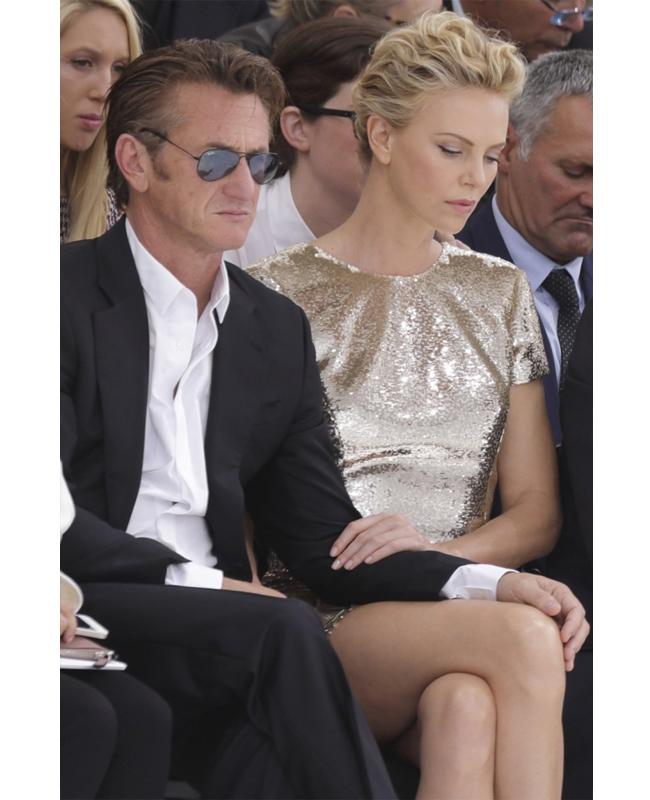 Чарлийз Терон и Шон Пен  Буквално като гръм от ясно небе дойде и новината за раздялата на 39-годишната Чарлийз Терон и 54-годишния Шон Пен. Блестящата във всеки смисъл и любима да й се радваш на обичта двойка изкара сгодена половин година, но - по неясни засега причини, така и не стигна до олтара.