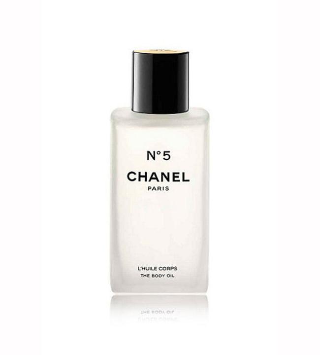 CHANEL Продуктът: Chanel No 5 The Body Oil - £62 www.debenhams.com Няма по-луксозно чувство от това да усещаш аромата на Chanel No 5 по кожата си… но усещането от това олио за тяло се доближава драстично до това чувство. Кожата е нежна, богато хидратирана и леко ароматизирана - като бляскава копринена завивка, която не искате да сваляте от себе си!