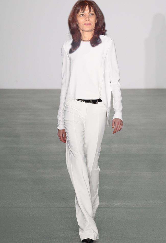 Antonio Berardi Първата дама може да се похвали с хубава фигура, която тези дълги панталони с висока талия ще подчертаят. Визията става още по-завършена, благодарение на изящния топ с обло деколте и аксесоарите, решени в черно, придаващи напълно модерен прочит на класическата комбинация.