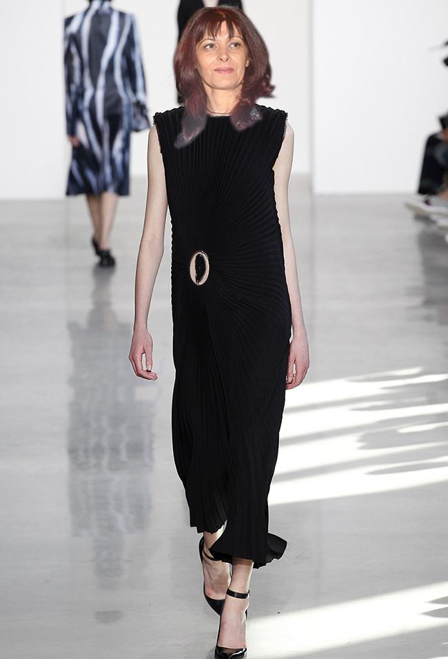Calvin Klein Collection Въпреки специфичната дължина на полата, Франциско Коста дава един прекрасен пример от поверената му марка - Calvin Klein за това как една абсолютно минималистична рокля може да изглежда и модерна, и елегантна, и професионално адекватна. Солей плисето загатва извивките на фигурата, а високите обувки с каишка около глезена са точното допълнение. За да е максимално добър ефектът на роклята, следва Десислава Генчева да заложи и на красива прическа с пуснати коси и деликатен нюд грим.