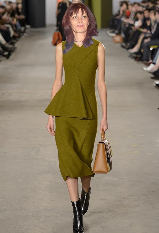 Hugo Boss За да не се наблюдава липса на цвят в гардероба на госпожа Генчева, предлагаме тази красива зелена рокля, изваяна от ръцете на Джейсън Ву за Hugo Boss. Миди силуетът е повече от адекватен, деколтето отново е прибрано, загадъчно и елегантно, а на талията забелязваме асиметричен пеплум. Тук комбинацията с боти на ток до глезена води до едно по-модерно и дръзко звучене, но те могат да бъдат и лесно заменени от не прекалено високи деколте стилето.