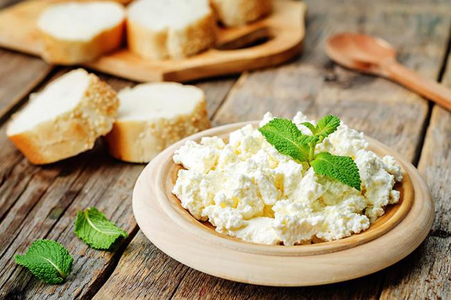 Сирене рикота Рикотата съдържа повече от 5 пъти от витамина, отколкото другите сирена. Подайте ни канелоните, моля!