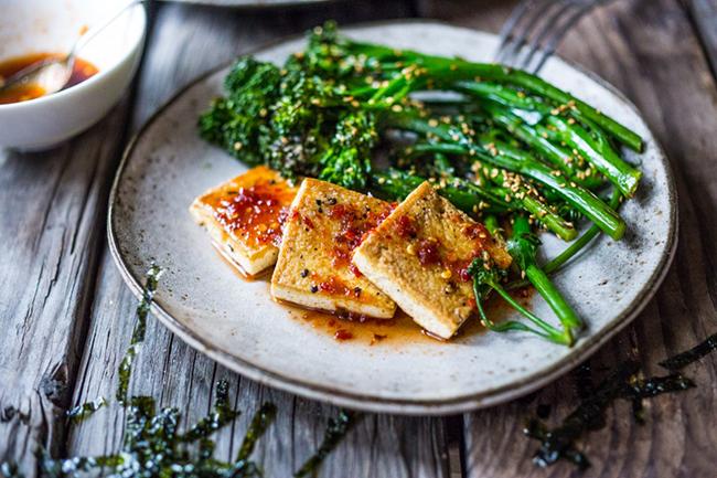 Тофу То може и да не е сред топ източниците на витамин D, но в едно парче тофу се съдържа доволно количество от витамина. Консумирайте го приготвено по някакъв начин или мариновано.