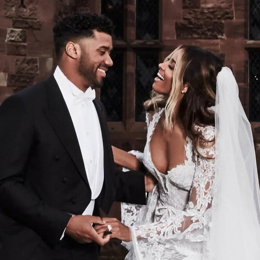 Сиара и Ръсел Уилсън Двойката се венча на приказна церемония в замък в Англия на 6 юли. За големия ден Сиара избра роля на Roberto Cavalli. В края на октомври пък пресните младоженци обявиха, че ще стават родители.
