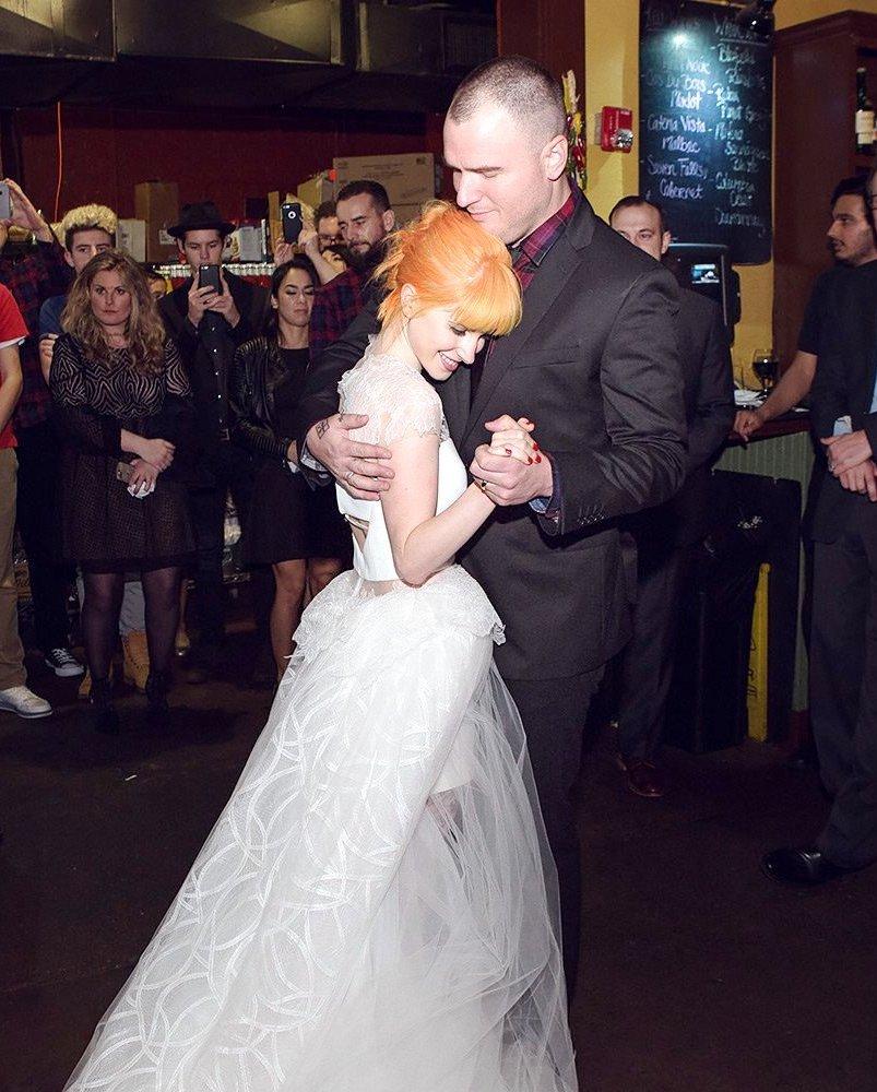 """Хейли Уилямс и Чад Гилбърт Вокалистката на Paramore и певецът от New Found Glory се венчаха в средата на февруари в щата Тенеси. Двойката си каза заветното """"Да"""" след дългогодишна връзка. Хейли и Чад са заедно от 2008 година и се годиха преди около 2 години."""