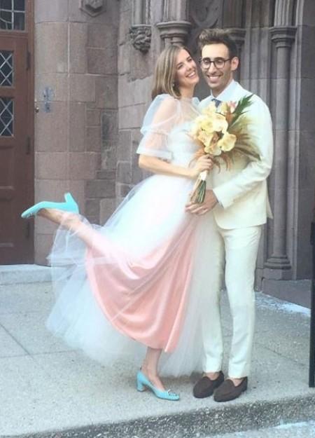 Агнес Дейн и Джоел МакАндрю Моделът и половинката й Джоел се венчаха на кокетна церемония в края на август в Бруклин. За най-щастливия си ден Агнес заложи на нежна рокля дело на дизайнерката Molly Goddard.