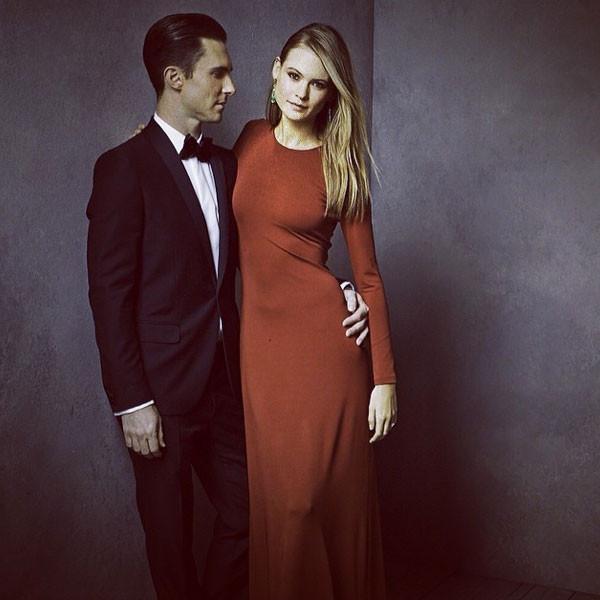Вокалистът на Maroon 5 Адам Ливайн не може да откъсне поглед от горещата Бехати Принслу, за която е сгоден