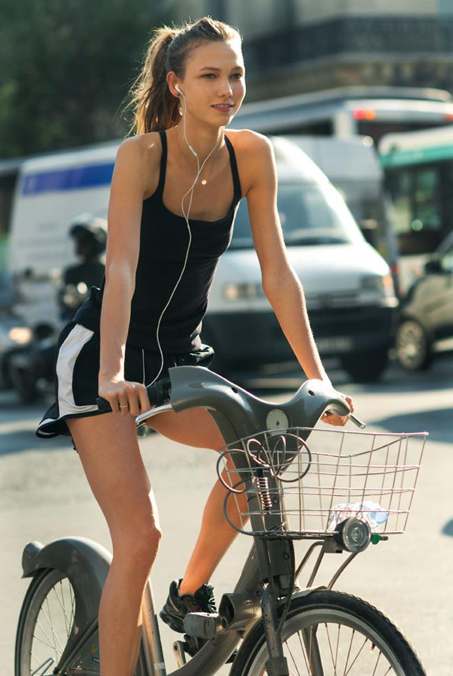 Карли КлосКаква е нейната тайна? Супермоделът Карли Клос е запален фитнес фанатик. Тя редовно смесва своя фитнес план с вело тренировки, пилатес, балет, тичане и различни спортни програми. Моделът също така е член на фитнеса ModelFit в Ню Йорк, където редовно може да бъде забелязана с най-добрата си приятелка Тейлър Суифт. А както знаем, тренировките с другарче са най-забавни...