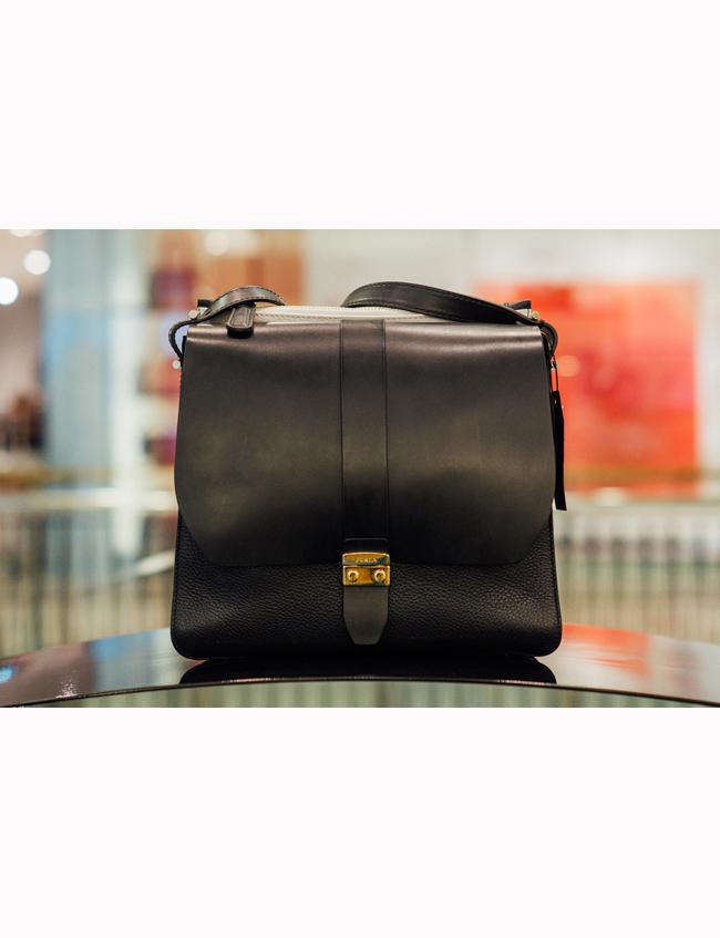 Чанта Furla, стара цена: 690 лв, нова цена: 483 лв. Чисто черна с един бял джоб, великолепна естествена кожа и побира всяка необходима вещ.