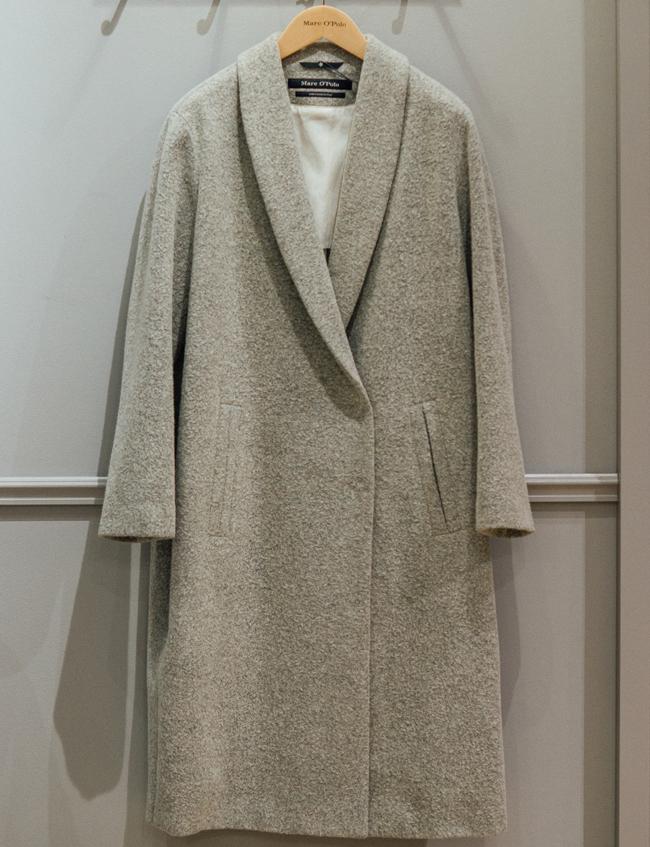 Палто MarcO Polo, стара цена: 950 лв; нова цена: 479 лв. Елегантно, фантастично скроено, с едно копче, в класически силует и толкова любимото и лесно за носене млечно сиво.
