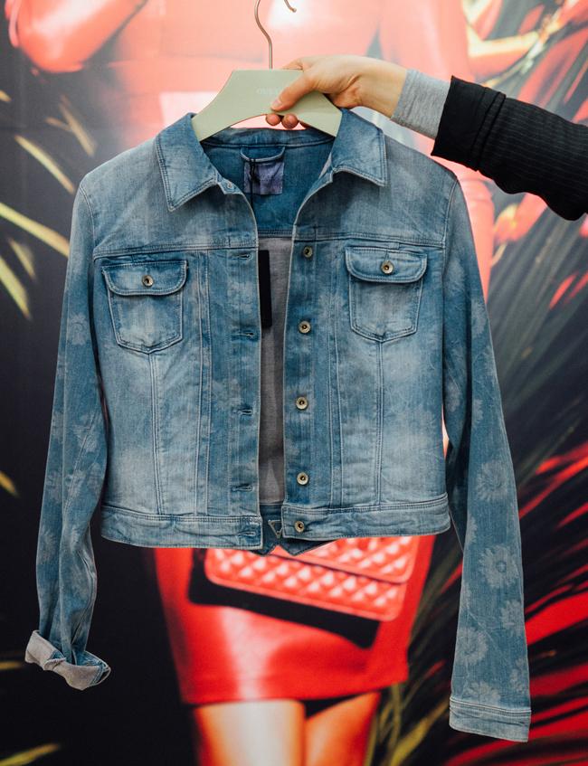 Дънково яке Guess, стара цена: 149 лв.; нова цена: 104 лв. Защото якето от деним винаги има специално място в гардероба!